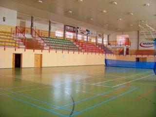 Hala sportowa - widok na trybuny i boisko