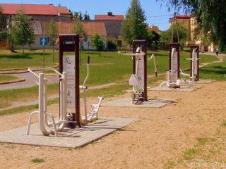 Widok na 4 urządzenia do ćwiczeń