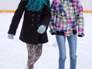 Dwie dziewczyny na łyżwach