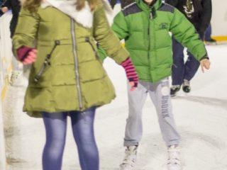 Grupa nastolatków jeżdżących na łyżwach