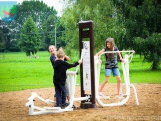 Ćwiczące dzieci na siłowni