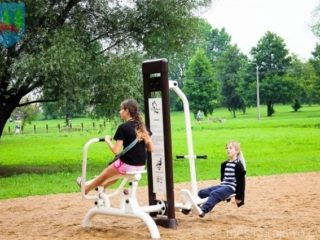 dzieci ćwiczące na urządzeniu