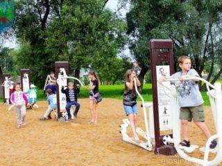 Grupa dzieci ćwiczących